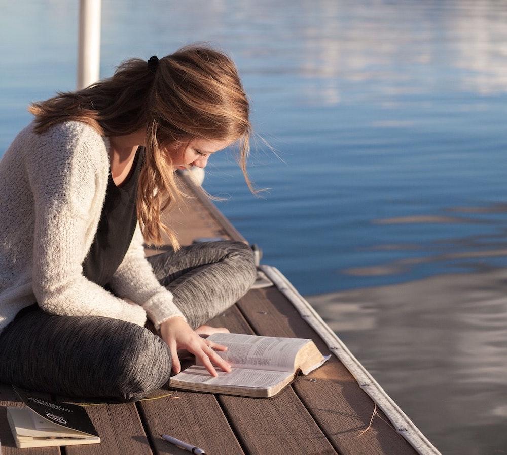 dziewczyna czytająca